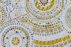 Stäng sig upp handwork på utsmyckat vitt, och keramisk guld dekorerade arkivbild