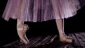 Stäng sig upp, i strålar av strålkastaren, på etapp av den gamla teaterkorridoren ballerina i den vita balettkjolen, lönelyfter p stock video