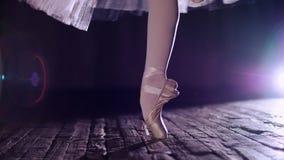 Stäng sig upp, i strålar av strålkastaren, på etapp av den gamla teaterkorridoren ballerina i den vita balettkjolen, roterar på t arkivfilmer