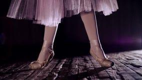 Stäng sig upp, i strålar av strålkastaren, på etappen av den gamla teaterkorridoren ballerina i den vita balettkjolen, lönelyfter arkivfilmer