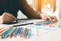 Stäng sig upp inredesignen och renovering som arbetar med färgsampl arkivbilder