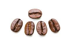 Stäng sig upp kaffebönor som isoleras på en vit bakgrund Fotografering för Bildbyråer