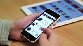 Stäng sig upp kvinnan som shoppar den nya portföljen på iphone