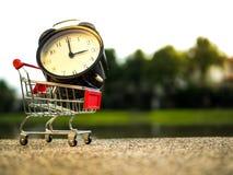 Stäng sig upp larmtid på shoppingvagnen, köpandetidbegrepp royaltyfri fotografi
