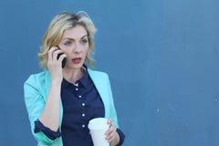 Stäng sig upp ledsna för stående den upprivna, skeptiska, olyckliga allvarliga kvinnan som talar på telefonen Negativ mänsklig si Arkivfoto