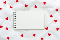 Stäng sig upp litet vitt kort och röda Rose Flower royaltyfri bild