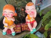 stäng sig upp, lyckliga dockor för trädgårds- garnering som havegreeting i thailändskt Arkivbild