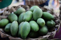 Stäng sig upp många gröna mango är en ekonomisk frukt som planteras som en trädgårdväxt arkivbild