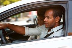 Stäng sig upp man och kvinna i bil på vägtur royaltyfri fotografi