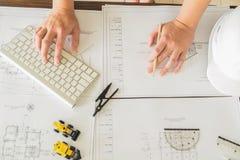 Stäng sig upp manarbete av arkitekten som skissar en konstruktionsproje Arkivfoton