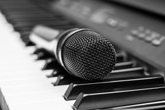 Stäng sig upp mikrofonen på pianotangentbordet i musikstudio stock illustrationer