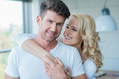 Stäng sig upp nätta unga Caucasian par i vit Arkivfoto