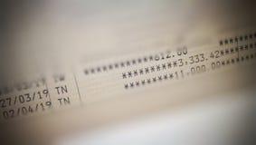 Stäng sig upp och selektivt fokusera på rörelse för finansiella transaktioner på bankboken royaltyfria bilder