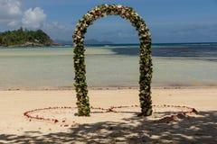 Stäng sig upp på att gifta sig garnering på stranden på Mahe Island, Seychellerna arkivfoto