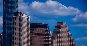Stäng sig upp på Austin Texas Office som bygger historisk horisont med nya Austonian och, göra perfekt moln och blå himmel Royaltyfri Bild
