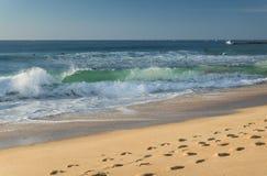 Stäng sig upp på avbrottsvågen som kommer att stötta på den sandiga stranden av den atlantiska kusten, capbreton, Frankrike Royaltyfria Bilder