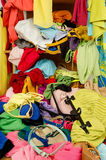 Stäng sig upp på en stor hög av kläder och tillbehör som kastas på jordningen Arkivfoton