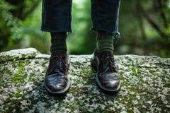 Stäng sig upp på ett utsmyckat par av skor i skogen royaltyfri fotografi
