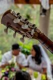 Stäng sig upp på gitarren som trimmar knoppar på förbindelsen Royaltyfria Foton