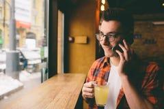 Stäng sig upp på händerna av en ung stilig man som använder smartphonen som knackar lätt på skärmen - teknologi, den sociala netw Arkivfoton