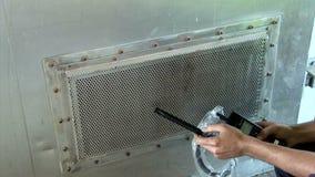 Stäng sig upp på mätning av luftkvalitet i ventilatoraxel arkivfilmer