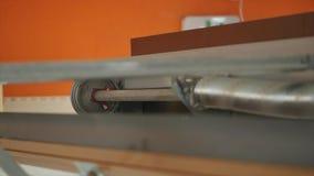 Stäng sig upp på mekanisk mekanism för garagedörröppnare stock video