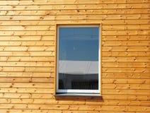 Stäng sig upp på plast- PVC-fönster i nytt modernt passivt trähus Royaltyfri Fotografi