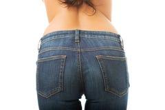 Stäng sig upp på sexiga kvinnliga bakdelar i jeans Royaltyfria Bilder