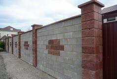 Stäng sig upp på stenen, tegelsten, kvarterstaketet Wall Naturlig fäktning royaltyfria foton