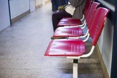 Stäng sig upp på stolar för patienten och besökaren i sjukhus, defocused folk royaltyfri bild