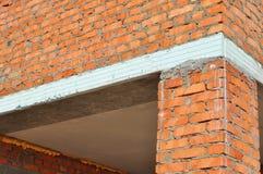 Stäng sig upp på termisk bro- och fasadväggisolering En termisk bro som kallas också en kall bro eller värmebro i tegelstenhus Arkivfoton
