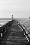Stäng sig upp på trävågbrytaren på den atlantiska kusten i svartvitt, capbreton, Frankrike Arkivfoto