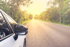 Stäng sig upp på vit bilparkering på vägen Royaltyfri Fotografi