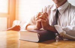 Stäng sig upp, pastorn lade händerna på den svarta boken av bibeln, buddisten, katoliken, kristen, bön och be för välsignelser fr royaltyfri fotografi