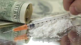 Stäng sig upp pengar, droger, heroin, dollar, injektionsspruta stock video