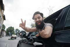 Stäng sig upp sidoståenden av den lyckliga mannen som kör bilen fotografering för bildbyråer