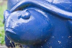 Stäng sig upp sikt av den blåa dekorativa sköldpaddan i en trädgård royaltyfria foton