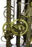 Stäng sig upp sikt av den fetthaltiga och rostiga gamla mekanismen för väggklockan med kugghjul Royaltyfri Bild