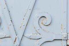 Stäng sig upp sikt av den gamla målade vita porten arkivbild