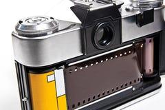 Stäng sig upp sikt av den gamla retro kameran på vit bakgrund Arkivbilder