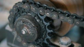 Stäng sig upp sikt av det roterande chain kugghjulet - del av industriellt maskineri - tillverkning stock video