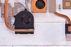 Stäng sig upp sikt av kylsystemet av datorprocessorn på vit träbakgrund Elektroniskt bräde med heatpipe och element, mic royaltyfria foton