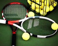 Stäng sig upp sikt av tennisracket och bollar på leratenniscouren Royaltyfri Fotografi