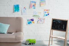 stäng sig upp sikt av tomt barnsligt rum med soffan, svart tavla royaltyfria foton