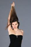 Stäng sig upp sikt till den unga härliga kvinnan med den lyxiga frisyren royaltyfria foton