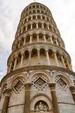 Stäng sig upp sikt till det lutande tornet av Pisa arkivbilder
