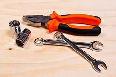 Stäng sig upp sikten av reparationshjälpmedeluppsättningen på träbakgrund Fotografering för Bildbyråer
