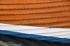 Stäng sig upp sikten av skrovet av en fiskebåt royaltyfri fotografi