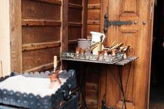 Stäng sig upp sikten av turkiskt kaffe som är förberedd på varm guld- sand royaltyfria foton