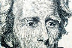Stäng sig upp siktsståenden av Andrew Jackson på den en räkningen för dollar tjugo Bakgrund av pengarna räkning för dollar 20 med arkivfoton